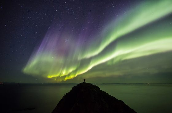 silhouette_1how-to-use-people-in-landscape-astro-photographs-northern-lights-aurora-astro-stars-stary-night